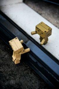 Tiny robots help each other