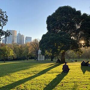 Melbourne, people sitting in the park